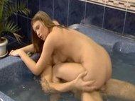Молодая пара трахается в ванной в разных позах