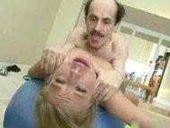 старый дед трахает инструктора по фитнесу