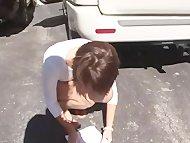 Девочка на улице демонстрирует сиськи