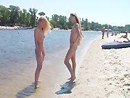молодые нудисты на пляже развлекаются