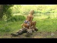 Тёлку в лесу настал жёсткий хуй и грубо трахнул