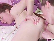 Юные лесбиянки лижут и трахают волосатые киски друг другу
