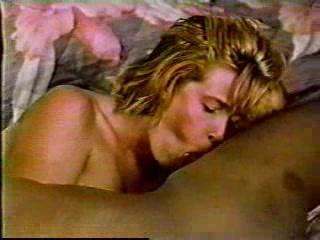 Жена блондинка ебется после тяжелого трудового дня